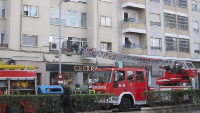 Bomberos de Zaragoza trabajan en el edificio de Tenor Fleta tras la explosión.
