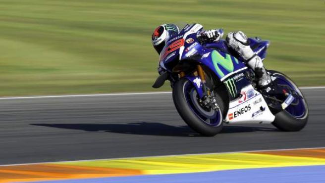 El piloto español Jorge Lorenzo, rodando en el circuito de Valencia.