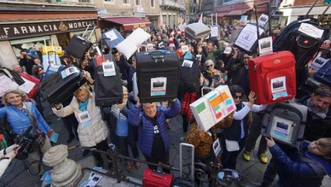 Cientos de personas protestaron en Venecia contra la marea de turistas y del alto precio de la vida.