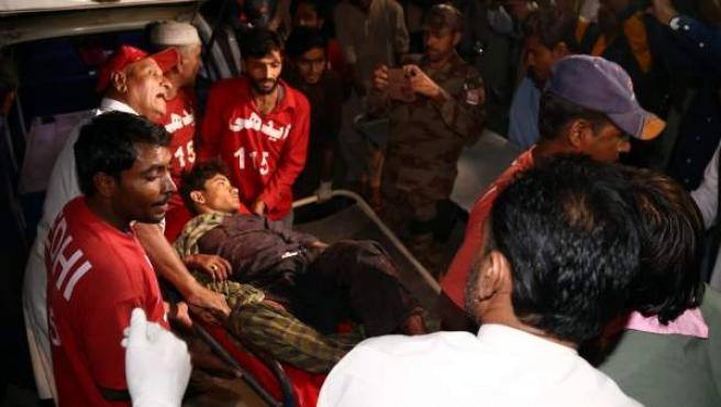 Herido trasladado en camilla en el atentado de Pakistán.