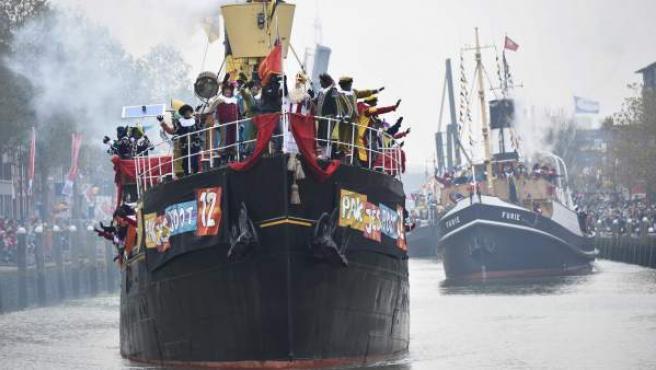 Llegada de Sinterklaas (san Nicolás) a Maasluis, Países Bajos, acompañado de pajes con la cara pintada de negro.