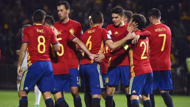Los jugadores de España celebran el primer gol del equipo marcado en propia puerta por Macedonia.