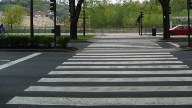 Un paso de cebra con el semáforo en verde.