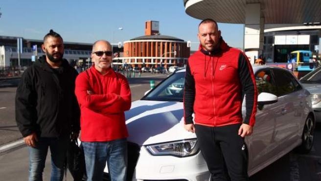 Julián (dcha), el conductor que llevará a Benidorm a Nacho (izq) y a Félix tras acordar compartir el viaje a través de la plataforma colaborativa Bla Bla Car.