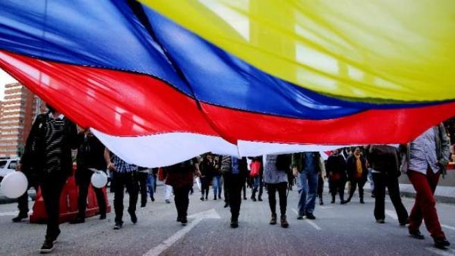 Decenas de personas celebran en segundo acuerdo de paz en Colombia.