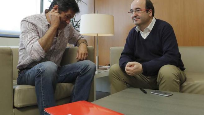 El presidente de la gestora del PSOE, Javier Fernández (i), y el primer secretario del PSC, Miquel Iceta (d), durante una reunión en Ferraz.