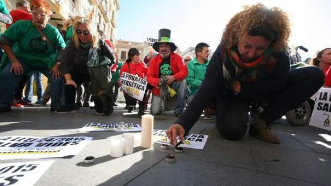 Vecinos de Reus protestan por la muerte de una anciana de 81 años después de que Gas Natural le hubiera cortado el suministro.