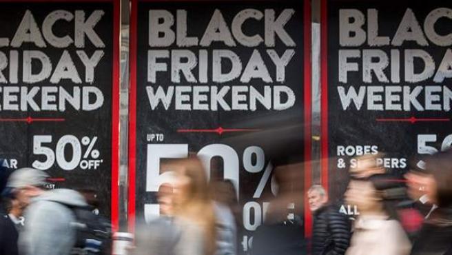 Unos clientes, de compras en un Black Friday.