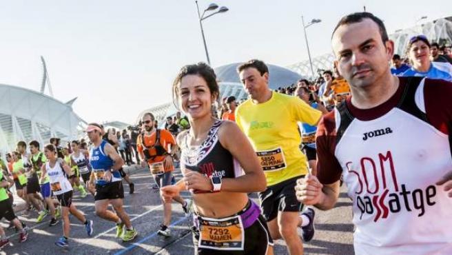 Cientos de personas corriendo en Valencia durante una maratón.