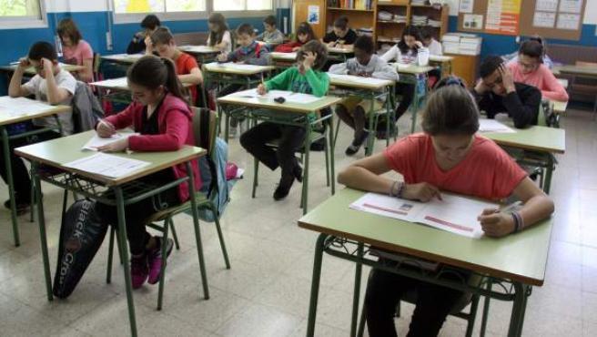 Alumnos de Primaria y ESO realizando pruebas de Competencias.