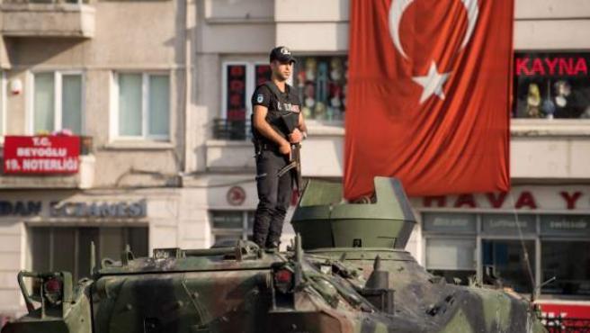 Un policía subido a un tanque en Turquía, tras el fallido golpe de Estado.