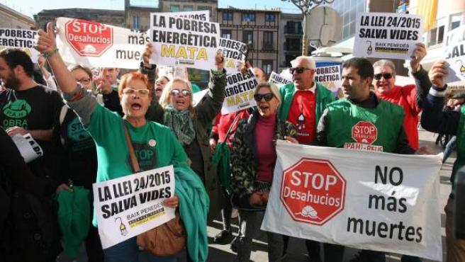 Vecinos de Reus (Tarragona) se concentraron para condenar la muerte de una anciana en un incendio causado por la vela con la que se alumbraba después de que se le hubiera cortado el suministro de luz por falta de pago.