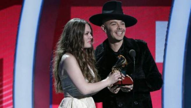 Jesse Huerta (d) y Joy Huerta (i) de Jesse y Joy reciben el premio a Mejor Álbum Contemporáneo Pop Vocal en los Grammy Latino.