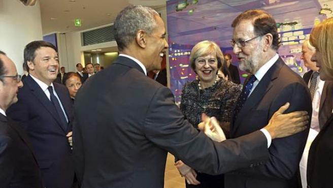 El presidente de Estados Unidos, Barack Obama, saluda al presidente del Gobierno español, Mariano Rajoy.