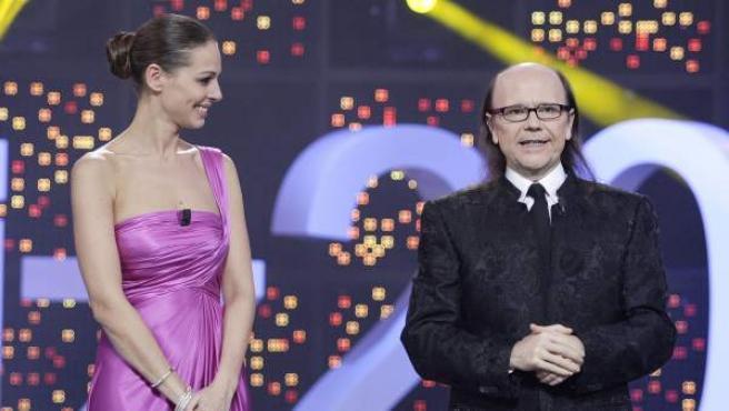 Eva González y Santiago Segura, presentadores de la gala de Nochevieja '¡Feliz 2017!'.