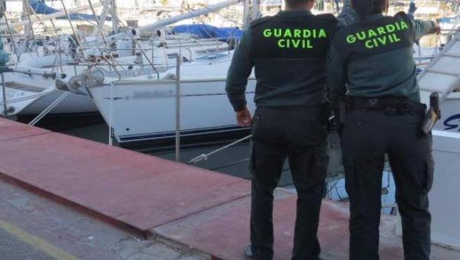 Agentes de la guardia Civil en el Puerto de Almerimar