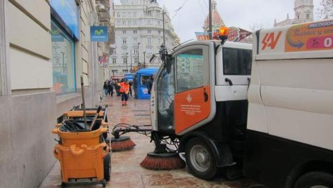 Efectivos de limpieza tras una 'mascletà' en el Plaza del Ayuntamiento