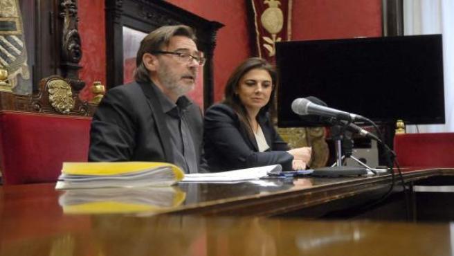 Baldomero Oliver y Raquel Ruz en el salón de comisiones