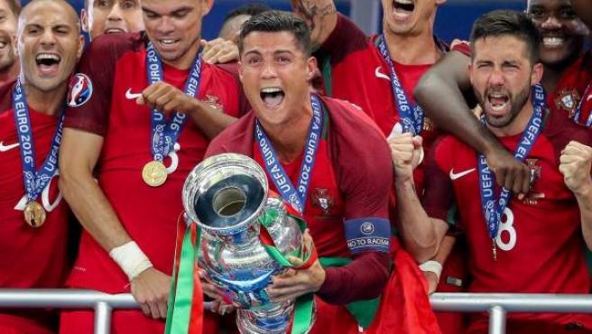 Cristiano Ronaldo sostiene la Eurocopa, ganada por Portugal el pasado mes de julio.