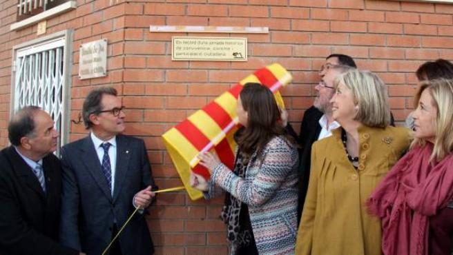 """El expresidente de la Generalitat Artur Mas descubre la placa de la calle """"9 de novembre"""" en el municipio de Montoliu de Lleida."""