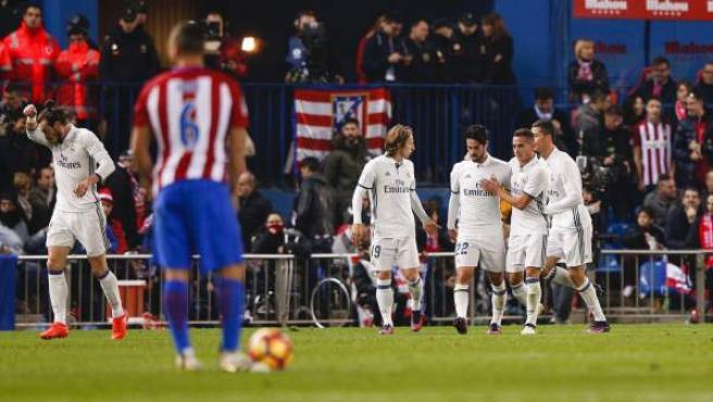 Los jugadores del Real Madrid celebran el gol de Cristiano en el Calderón.