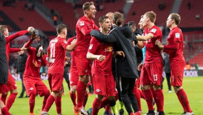 Los jugadores del Red Bull Leipzig celebran su victoria en el campo del Bayer Leverkusen.