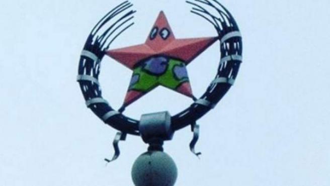 Edificio de la era soviética que ha sido vandalizado para convertir su estrella roja en Patricio, personaje de 'Bob Esponja'.