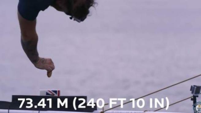 Momento en el que Simon Berry bate un récord de mojar una galleta en té lanzándose desde 73 metros de altura.