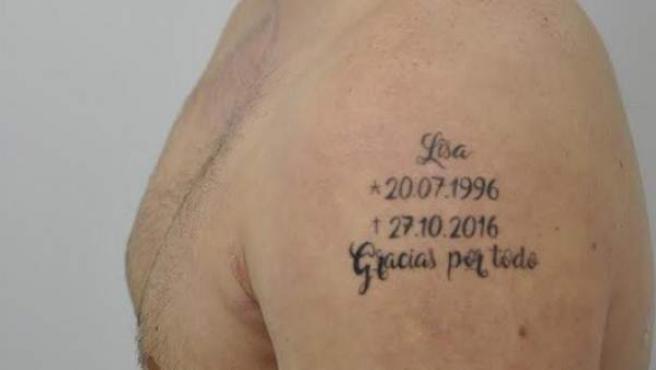 Foto del tatuaje del fugitivo que se hizo con el nombre, fecha de nacimiento y probable fecha de defunción de su víctima, su propia pareja.