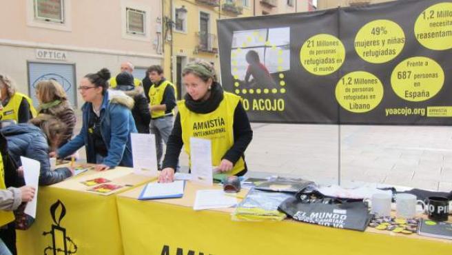Amnistía Internacional recoge firmas para la campaña 'Yo acojo'