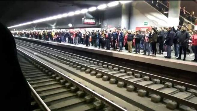 Hinchas del Atlético de Madrid, en el Metro tras del derbi.