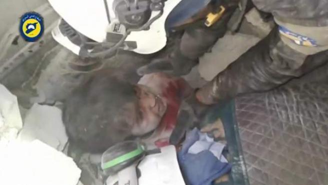 Niño sirio bajo los escombros de los bombardeos.