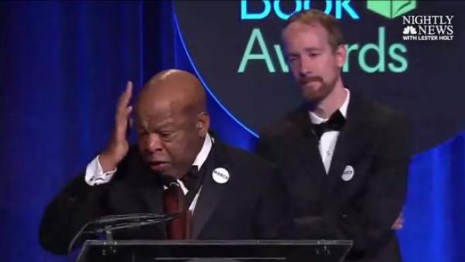 John Lewis, pronunciando su discurso al recibir el National Book Award.