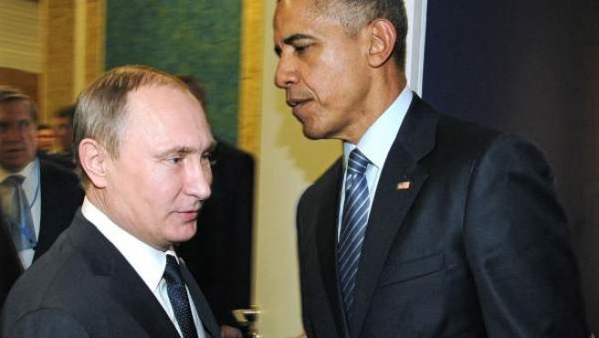 Obama y Putin se saludan en un encuentro informal.