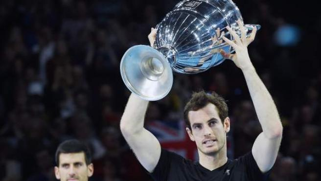 Andy Murray, con el trofeo que le acredita como número 1 del mundo.