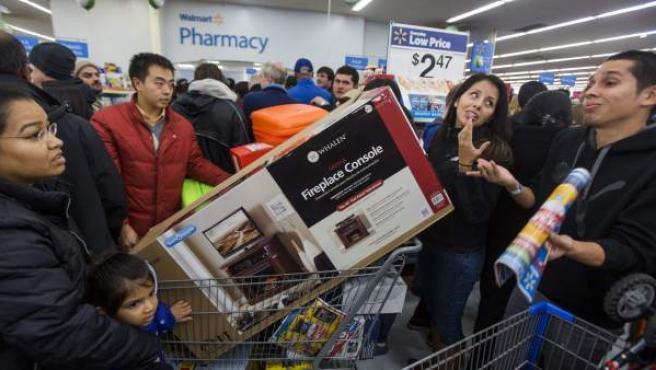 Cazadores de rebajas ingresan a una tienda con ocasión del llamado Black Friday en el Dìa de Acción de Gracias en Fair Fax, Virginia (EE UU).