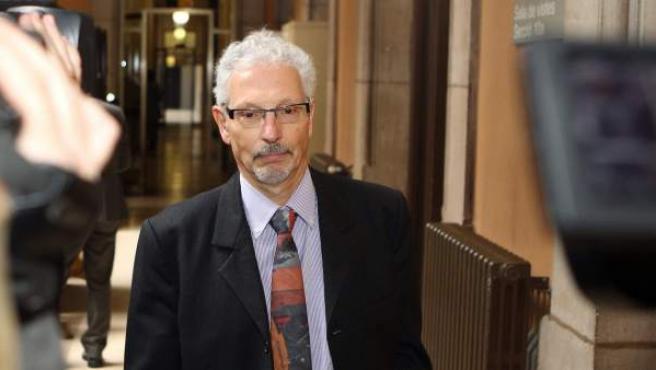 El magistrado de la Audiencia de Barcelona Santiago Vidal es fotografiado junto a la sala de vistas de la sección a la que está asignado horas antes de conocer el veredicto del CGPJ sobre su sanción.