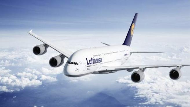 Un avión de Lufthansa en pleno vuelo.