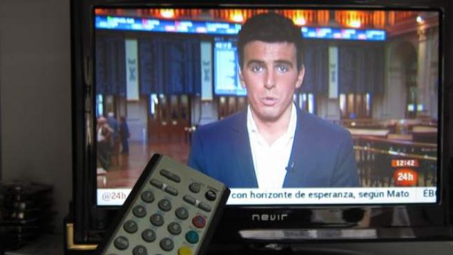 Una persona ve noticias en la televisión.