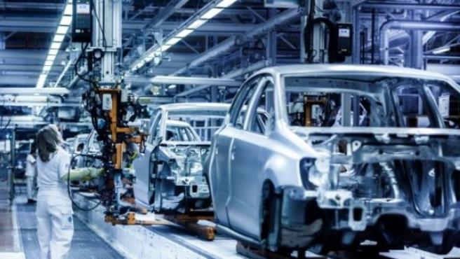 La compañía quiere financiar la operación de eléctricos retirando modelos convencionales que no vende. En la imagen, una línea de ensamblaje de Volkswagen en Navarra.