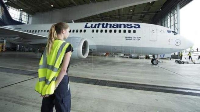 Una técnico de Lufthansa junto al modelo aéreo Boeing 737 en Schönefeld, Alemania.