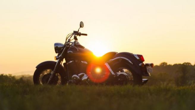 Aunque el trayecto sea corto, tanto el piloto como el pasajero deben disponer de un equipamiento básico para viajar protegido en moto.