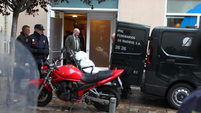 Un operario traslada el cadáver de Rita Barberá al Instituto Anatómico Forense, desde el hotel donde este miércoles ha muerto tras sufrir un infarto.