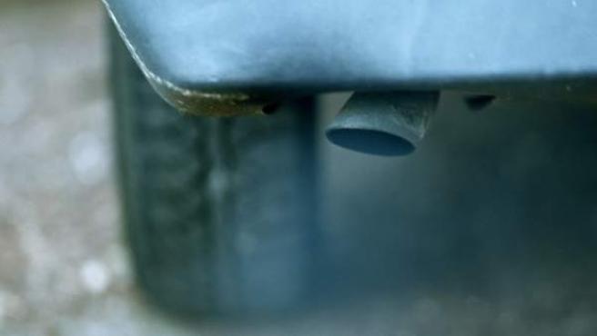El tubo de escape de un coche, fuente de emisiones que contaminan la atmósfera.