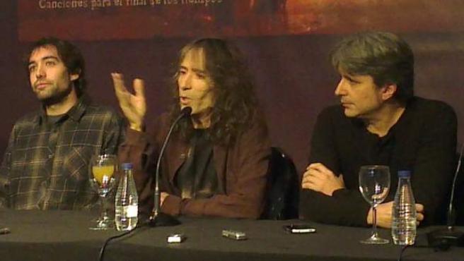 El cantante Robe Iniesta junto a sus músicos en rueda de prensa.