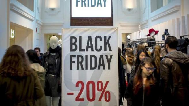 Cientos de personas realizan compras en una zona comercial de Valencia durante las rebajas del 'Black Friday'.
