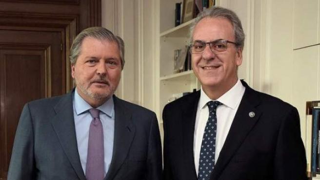 Fotografía facilitada por el Ministerio de Educación, Cultura y Deporte, del ministro, Íñigo Méndez de Vigo (i), junto al presidente de la Conferencia de Rectores CRUE, Segundo Píriz.
