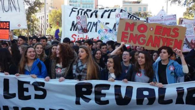 Manifestació d'estudiants al centre de Barcelona contra les revàlides de la Lomce.