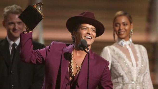 Bruno Mars con su gramófono en la categoría de mejor grabación del año por 'Uptown Funk' en la 58 edición anual de los Grammy.