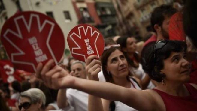 Manifestantes en Pamplona contra la violencia sexual en San Fermín.
